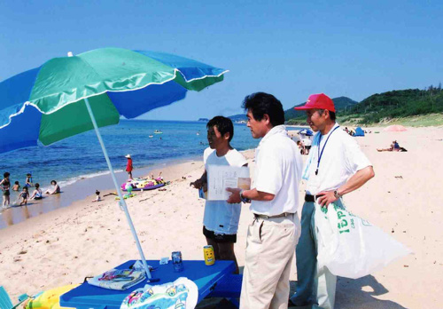 浜辺をパトロールする会員
